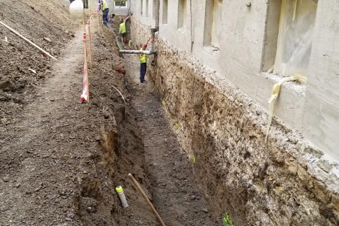 Obkopání domu - zúžené prostory